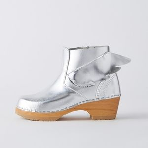 Hanna Anderson Silver Leather Winged Boot Clogs